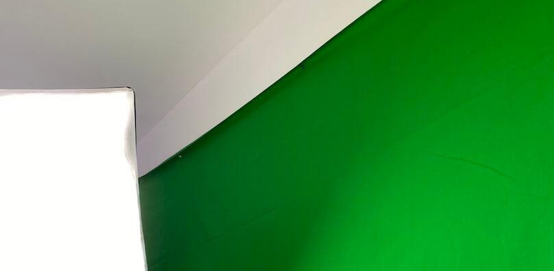 Greenscreen - Stoff an der Wand befestigt.